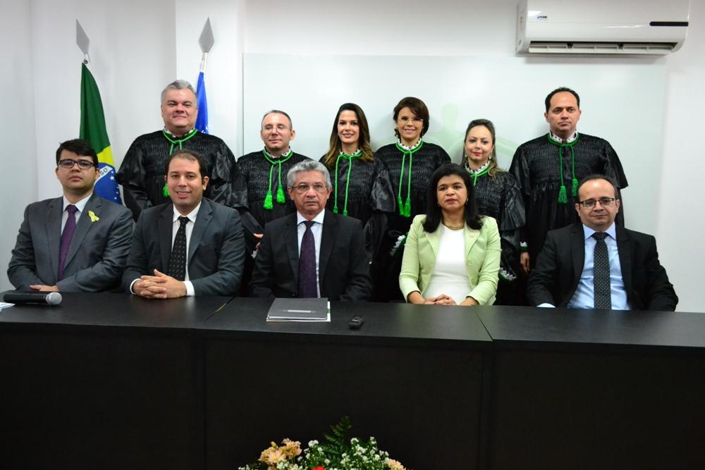 Novos Defensores Públicos e mesa de honra da solenidade