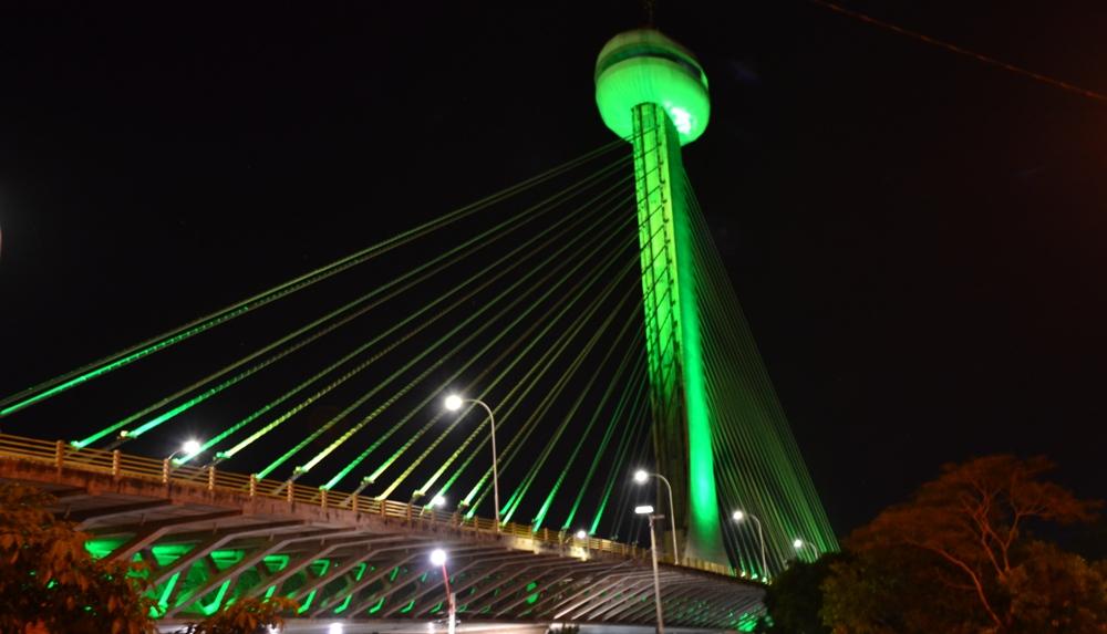 Ponte Estaiada na cor verde em homenagem ao Defensor Público