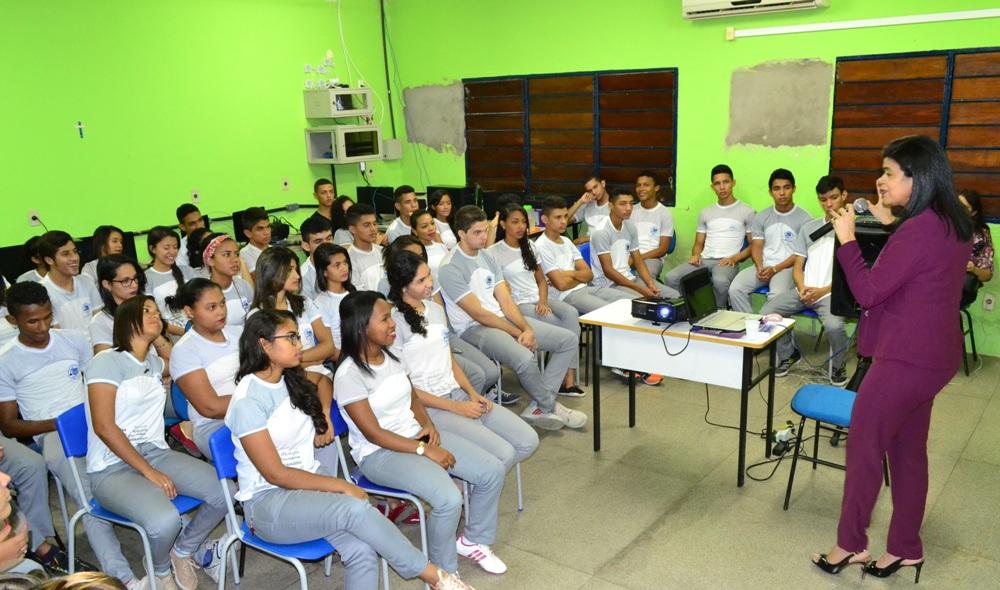 Dra. Hildeth Evangelista fala aos alunos do CEMTI Maria Conceição Salomé