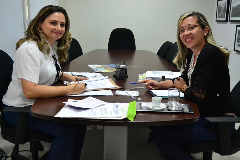 Dra. Patrícia Monte reunida com Valéria Araújo