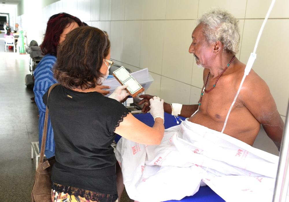 Assistido da DPE-PI Sr. José Itamá de Oliveira sendo atendido pelos profissionais do Instituto de Identificação