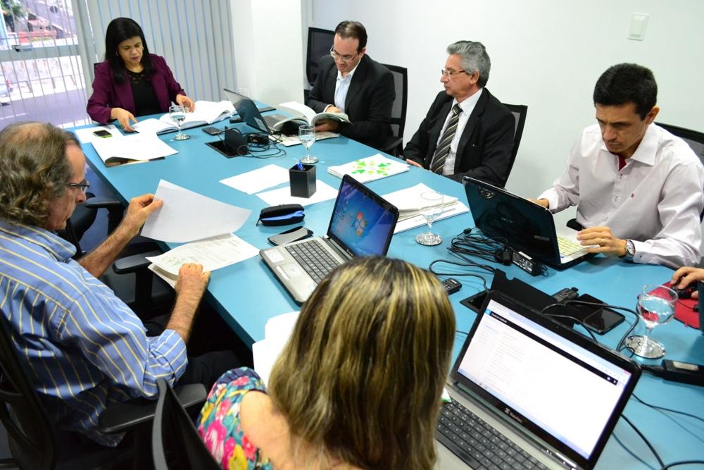 Dra. Hildeth Evangelista presidindo a reunião do Conselho Superior
