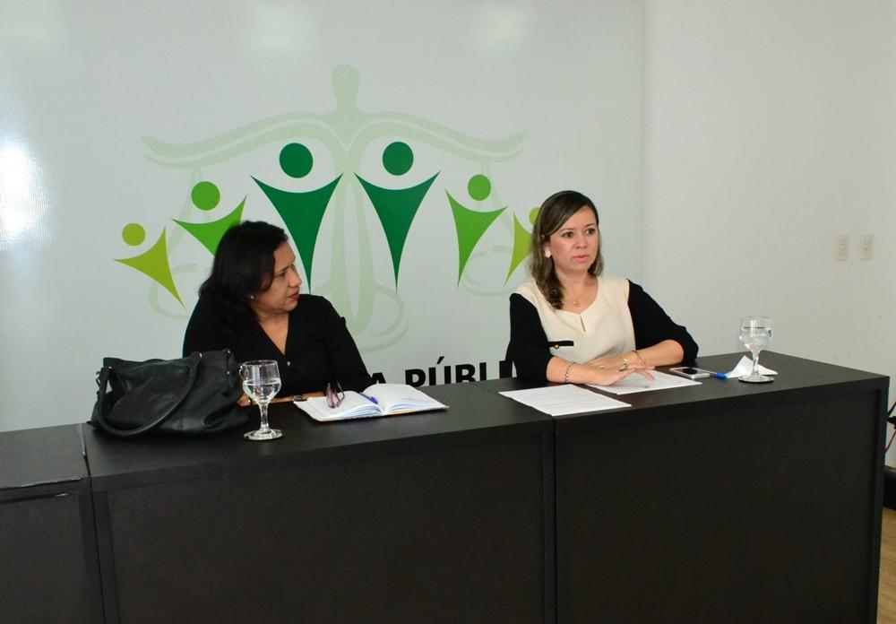 Dra. Sarah Miranda e Professora Valquíria Cunha durante encontro com os residentes