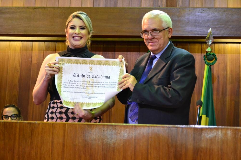 Dra. Alynne Patrício recebe o Título do Presidente da Alepi, Deputado Themístocles Filho
