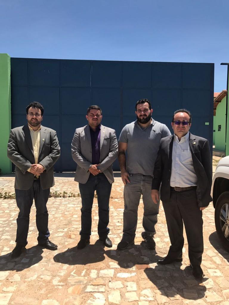 Comissão da Defensoria na porta da Penitenciária de Campo Maior