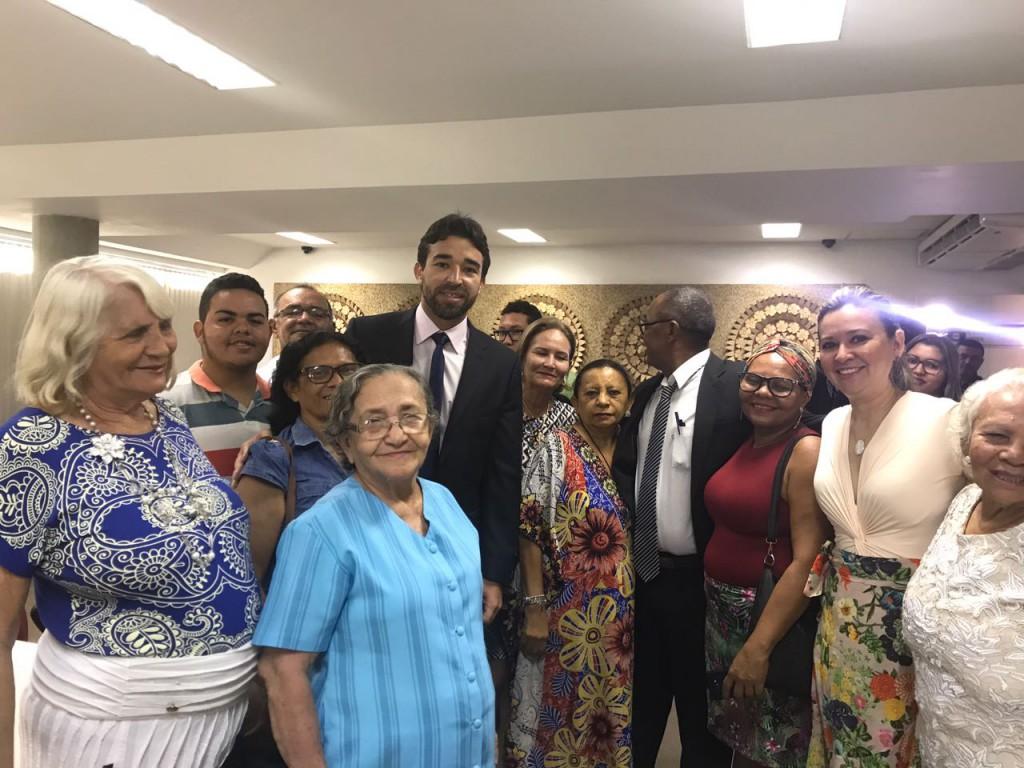 Dra. Sarah Miranda, Deputado Marden Menezes e idosas após a aprovação