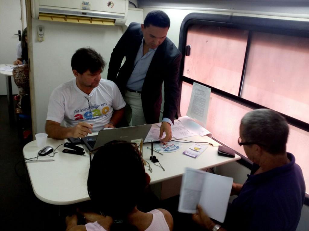 Dr. Francisco Jales orienta o atendimento durante ação no Bela Vista