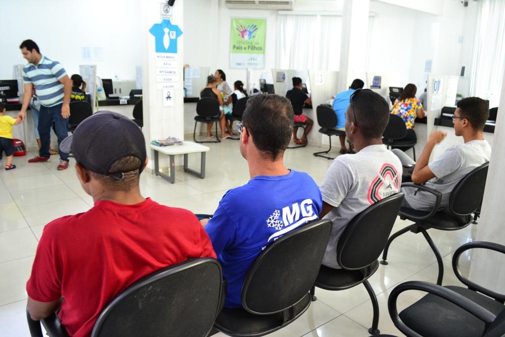 Assistidos aguardam no setor de Primeiro Atendimento da Defensoria Pública