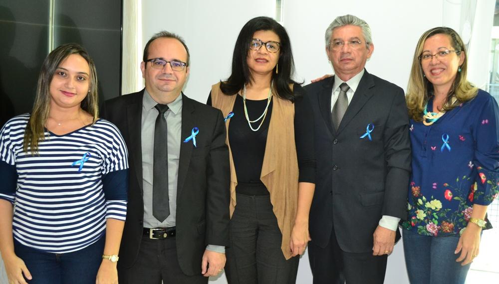 Dra. Hildeth Evangelista, Dr. Erisvaldo Marques e Dr. José Weligton Andrade, ladeados pelas assistentes sociais da DPE-PI