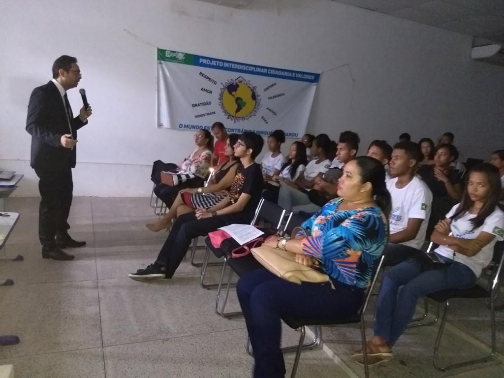 Dr. Marcos Martins durante a palestra