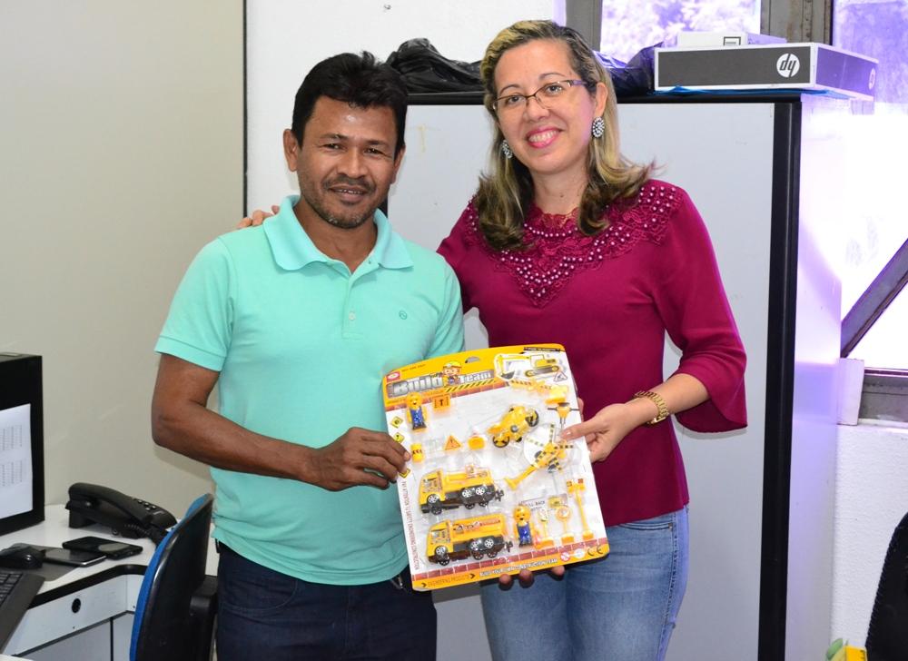 Valéria Miranda de Araújo fez a entrega para Francisco Sousa