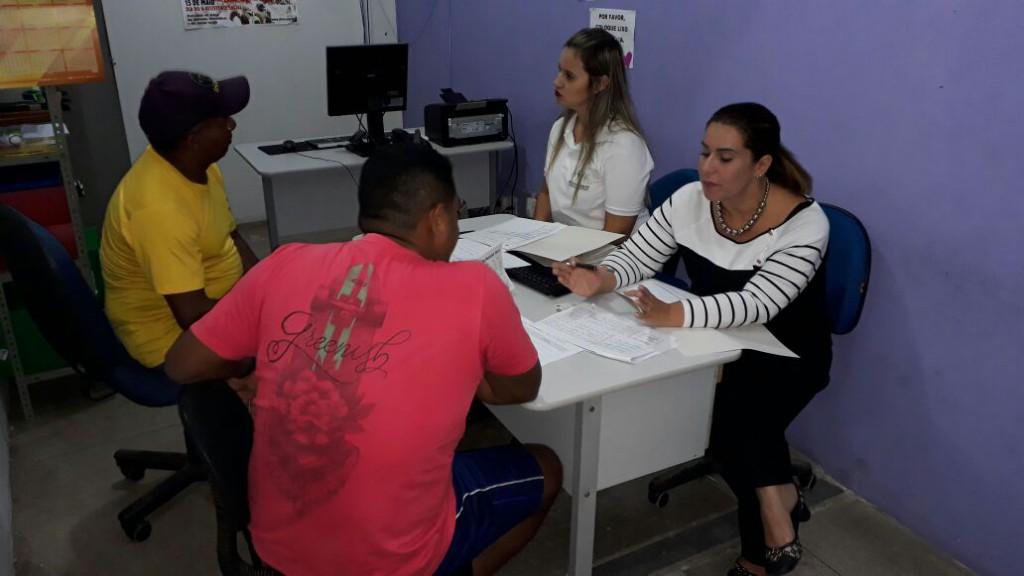 Dra. Sheila de Andrade e a assessora Mariana Ferreira em atendimento na Casa do Albergado