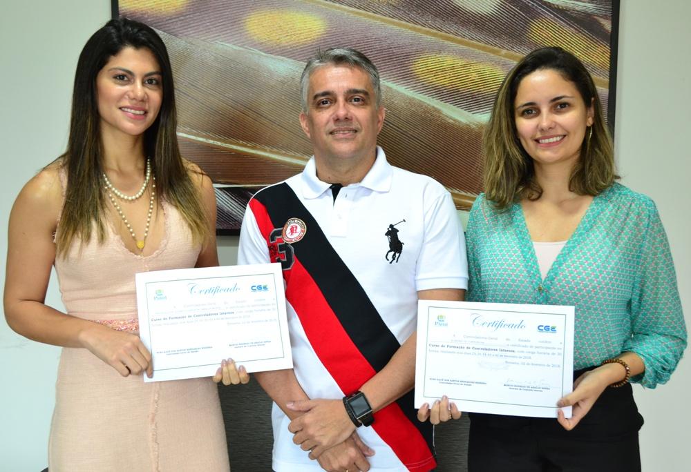 Servidores da Defensoria com os certificados de participação no curso