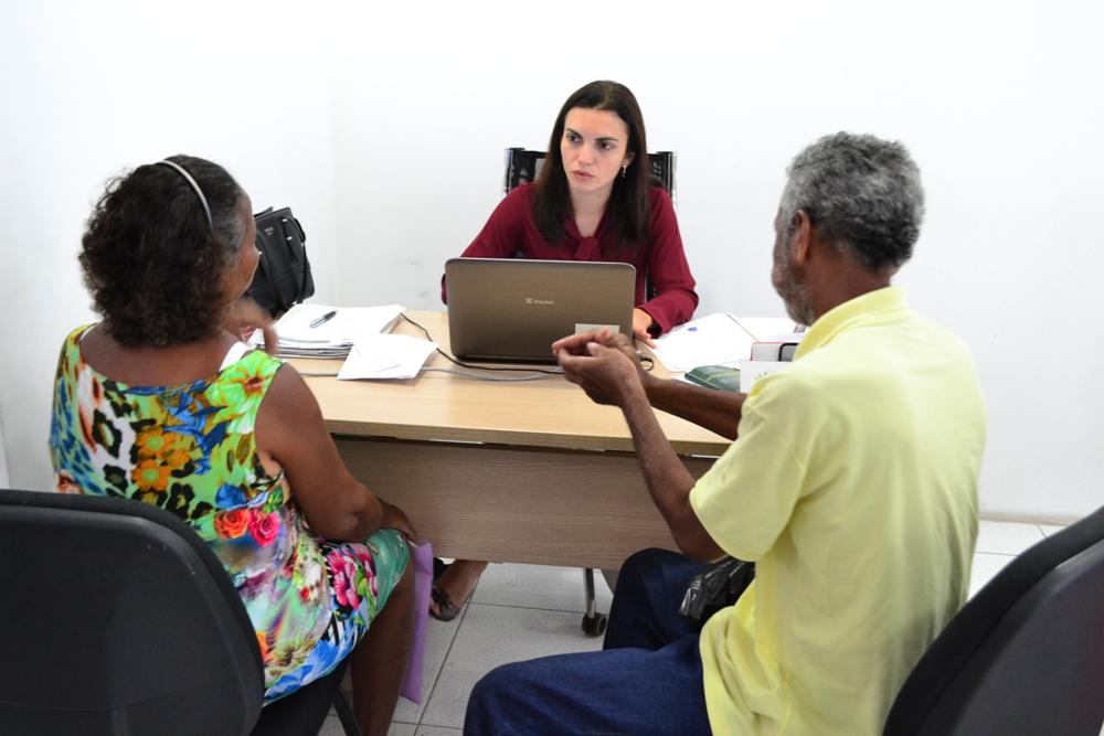 Dra. Luciana Araújo em atendimento durante o mutirão no Nudecon