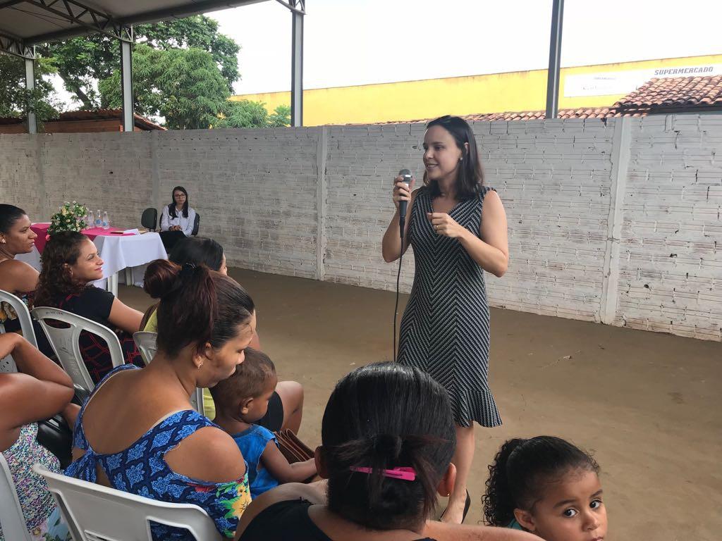 Dra. Ana Teresa Silveira fala para as mulheres presentes ao evento