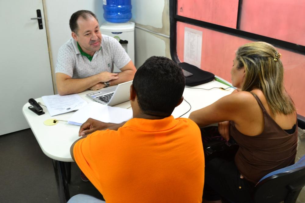 Dr. Arilson Malaquias durante o atendimento no bairro Anita Ferraz