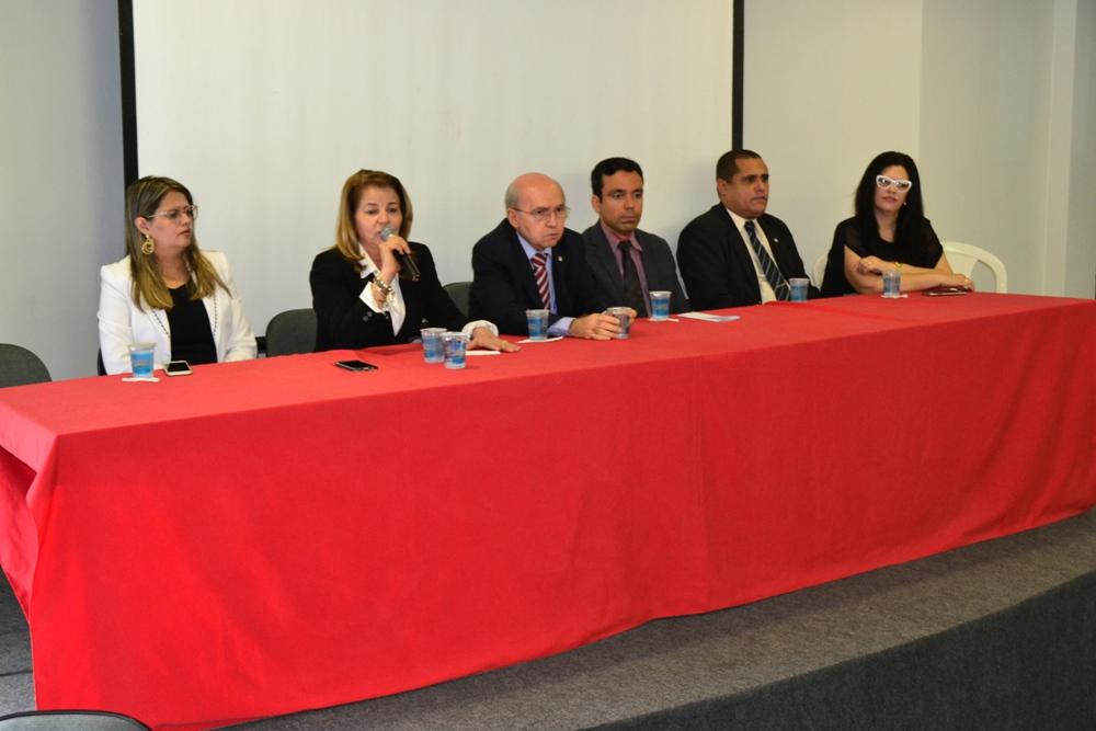 Dra. Karla Cibele Andrade na mesa de honra do evento
