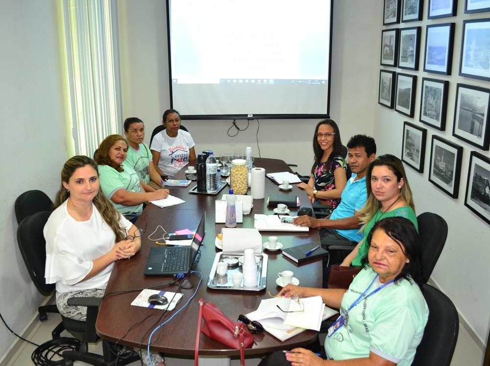 Dra. Patrícia Monte reunida com representantes do Centro POP e CREAS