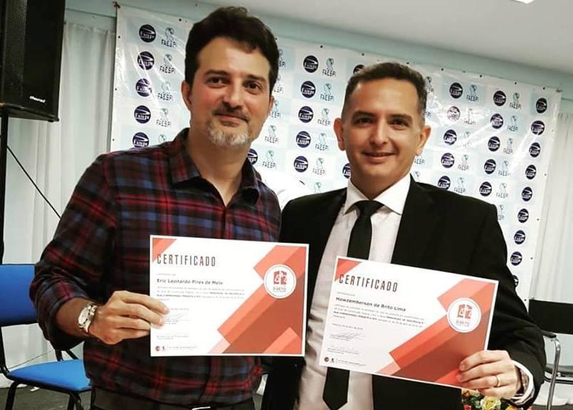 Dr. Eric Leonardo com o certificado de participação no evento