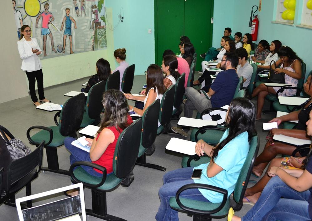 Dra. Patrícia Monte fala para os profissionais da Maternidade Wall Ferraz