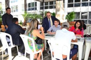 Dr. Erisvaldo Marques orienta atendimento na Praça Rio Branco