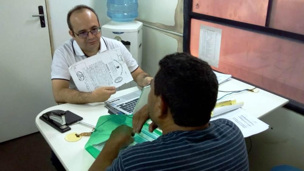 Dr. Erisvaldo Marques atende assistido na ação no Monte Castelo