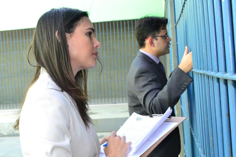Dra. Dayana Sampaio e Dr. Gerson Henrique Sousa conversam com os reeducandos