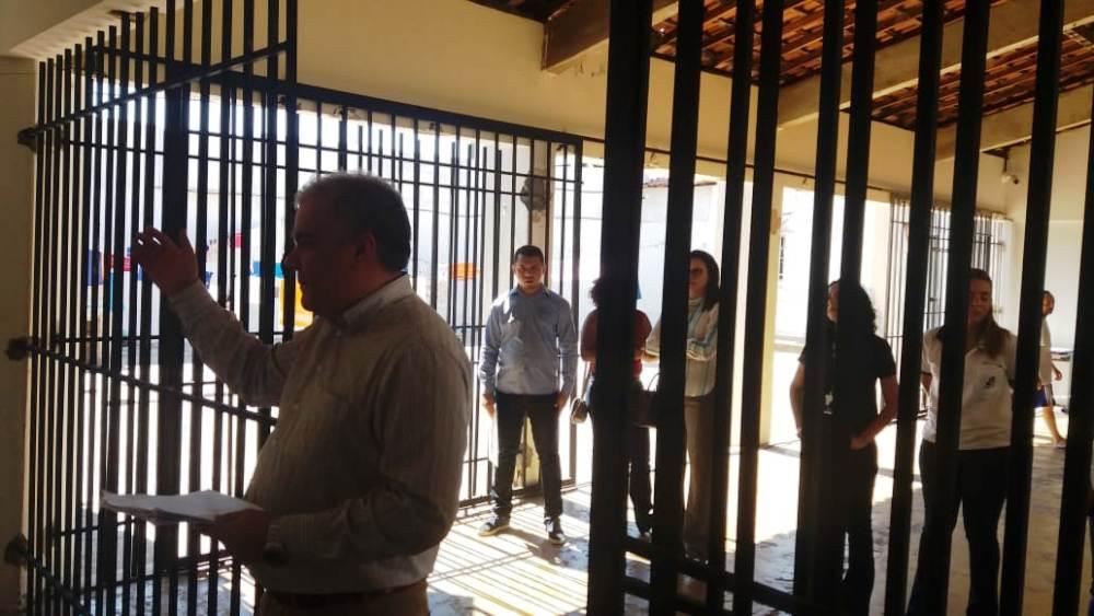Dr. Roosevelt Furtado fala aos reeducandos durante ação na Penitenciária de Oeiras