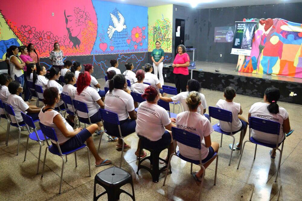 Dra. Patrícia Monte e Marinalva Santana falam para reeducandas