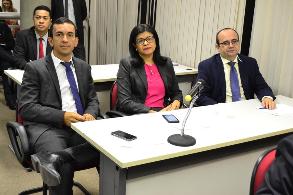 Dra. Hildeth Evangelista ladeada por Dr. Ivanovick Feitosa e Dr. Erisvaldo Marques durante a discussão da PLOA