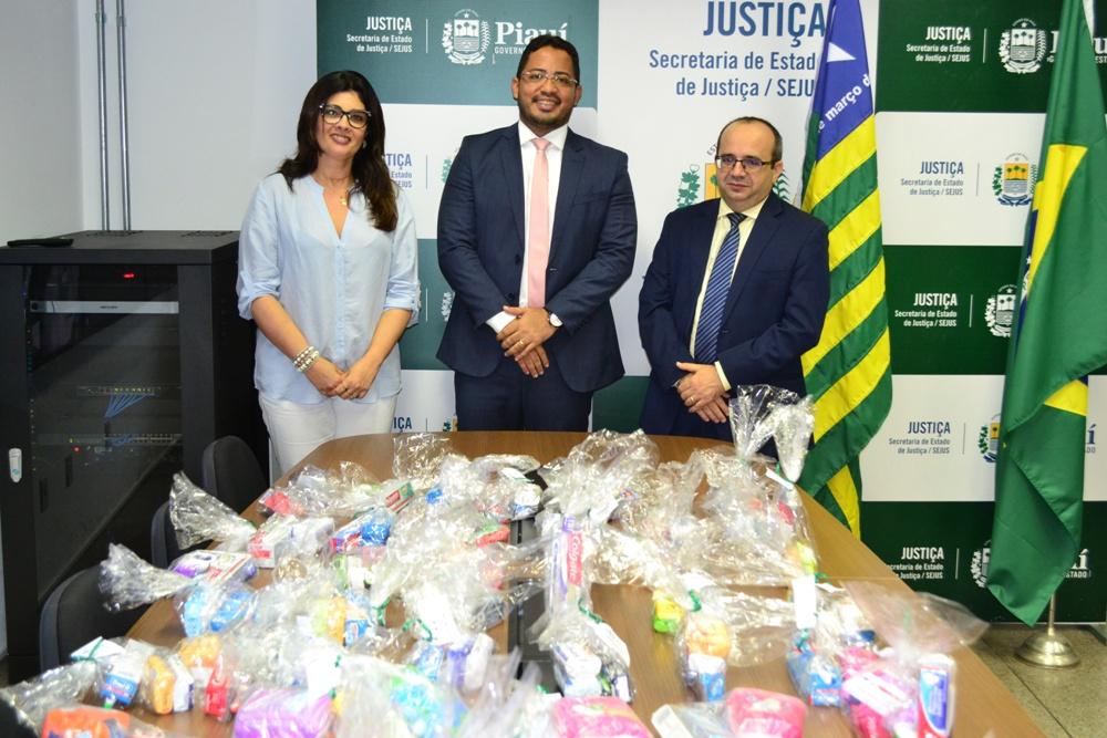Dr. Erisvaldo marques fez a entrega ao Dr. Carlos Edilson e à Diretora Dihna Miranda