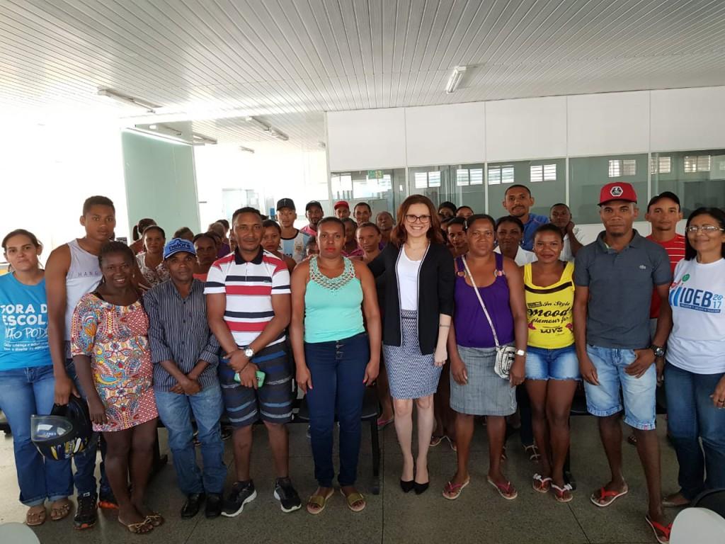 Dra. Karla Andrade Leite e representantes da comunidade