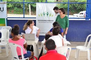 Dra. Carla Yáscar Belchior, Dra. Patrícia Monte e equipe da Defensoria durante o atendimento