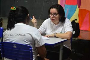 Dra. Carla Yáscar Belchior em atendimento na Penitenciária