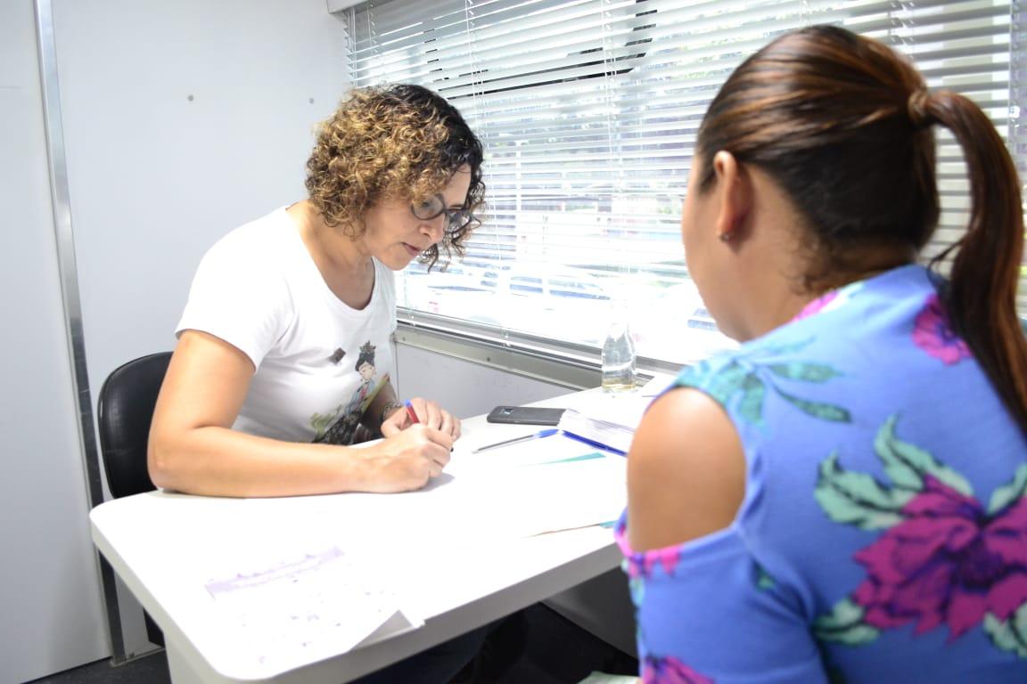 Dra. Verônica Acioly atende assistida no Parque Piauí