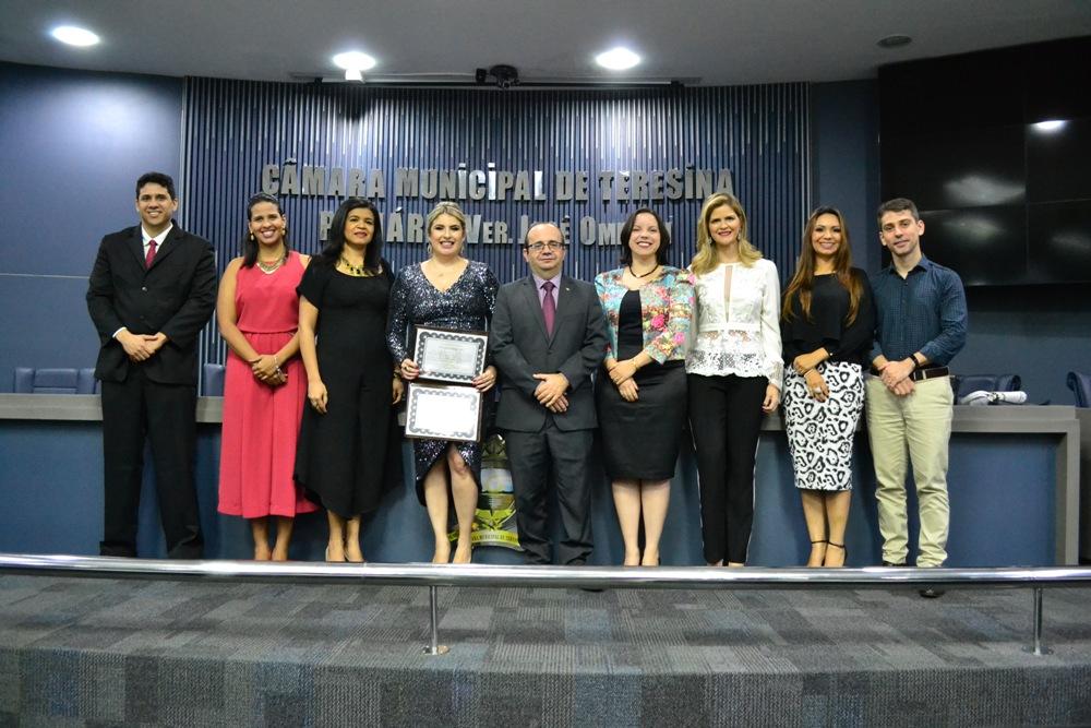 Dra. Alynne Patrício ladeada por Defensoras e Defensores Públicos