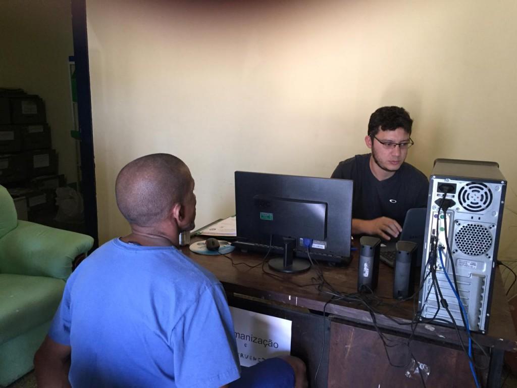 Dr. Leonardo Barbosa em atendimento na Penitenciária Mista de Parnaíba