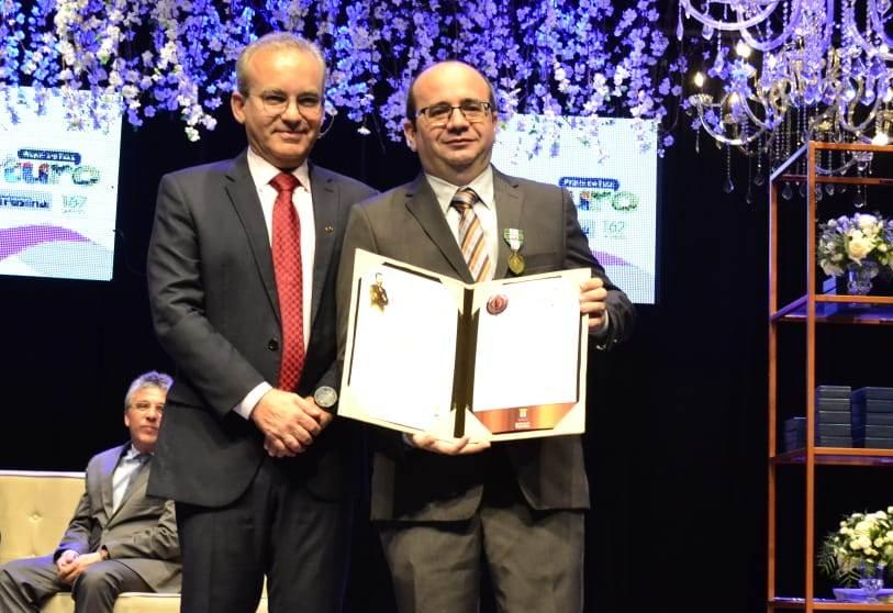 Dr. Erisvaldo Marques recebeu a honraria das mãos do Prefeito Firmino Filho