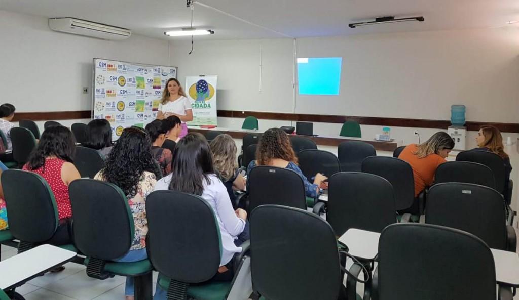 Dra. Patrícia Monte explica as especificidades do projeto às assistentes sociais