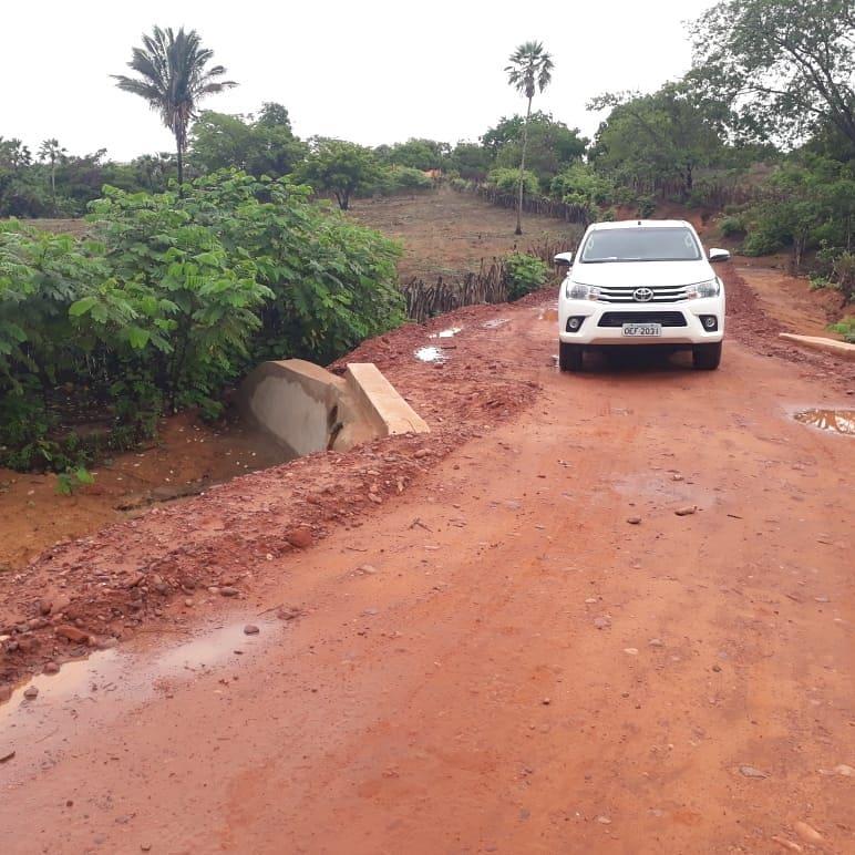 Nivelamento da estrada garante o acesso à comunidade Canto Fazenda do Frade