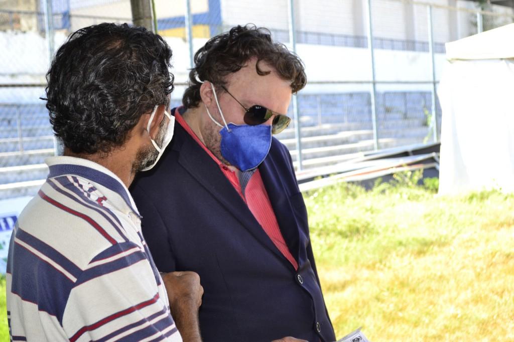 Defensor Igo de Sampaio conversa com um dos abrigados no local